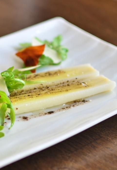 Poireaux, Vinaigrette à la Truffe, Copeaux de Parmesan et Chips de Serrano